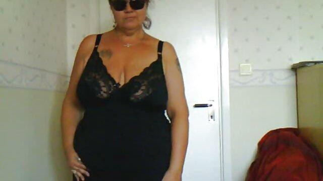 Eine schöne Frau, die sich vor der Kamera auszieht sex film gratis hd
